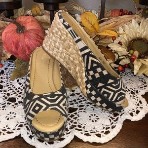 Size 7 by Chinese Laundry B&W Wedges